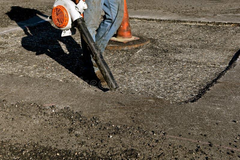 Lokalvårdskräp från ett asfaltstenläggningprojekt arkivfoto