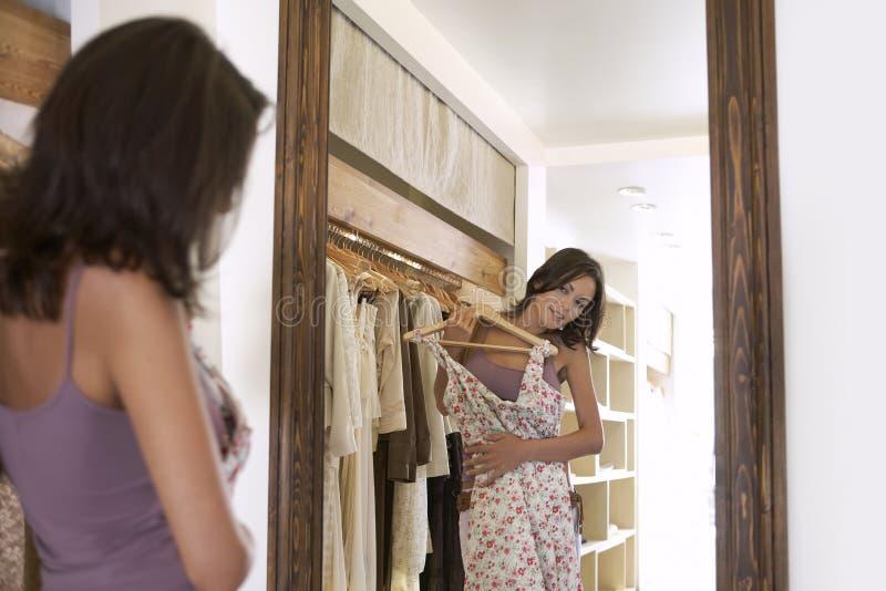 Lokking dans le miroir photo stock
