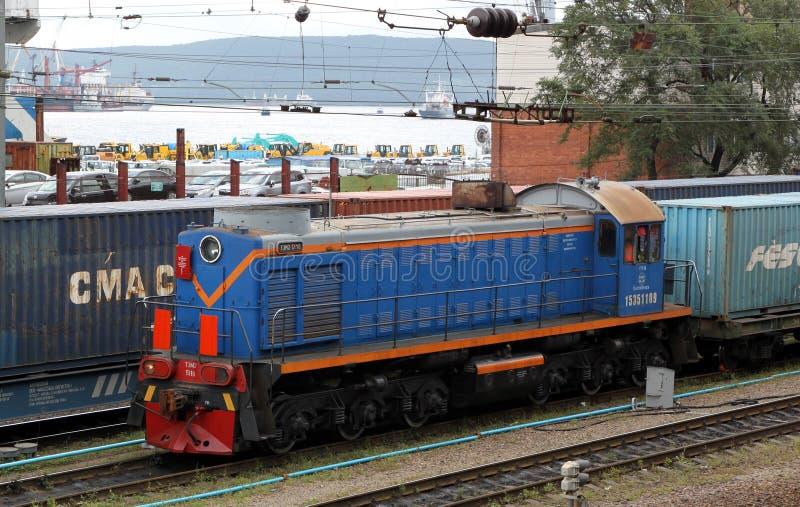 Lokomotiv på järnväg med behållare royaltyfri bild