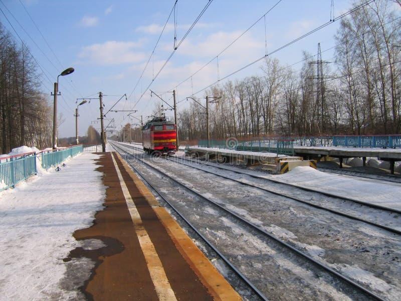 Lokomotive auf dem schneebedeckten Gleis stockfotografie