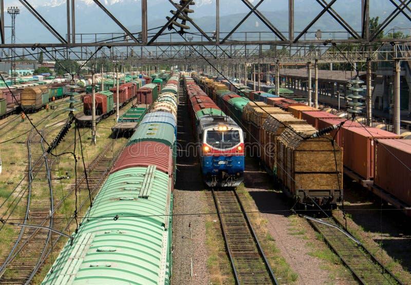 Lokomotive und Lastwagen stockbilder