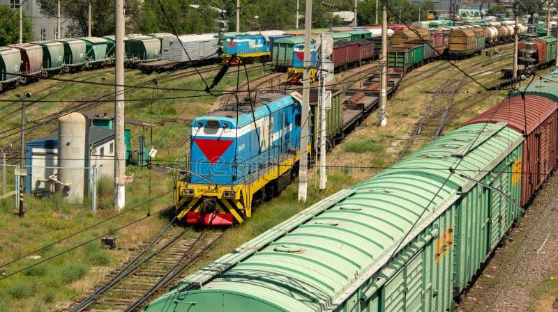 Lokomotive und Lastwagen stockfotos