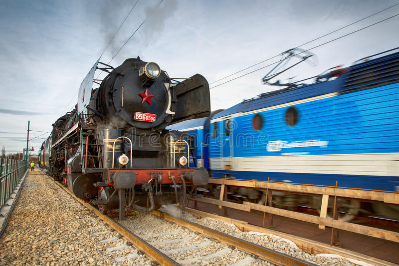Lokomotive viejo y una nueva locomotora fotografía de archivo