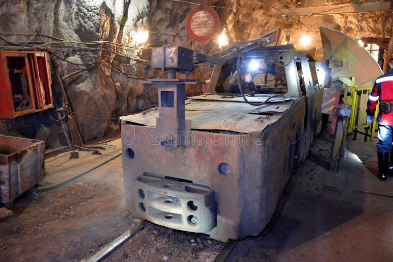 Lokomotoryczni elektryczni pociągi podziemni w kopalni obrazy royalty free