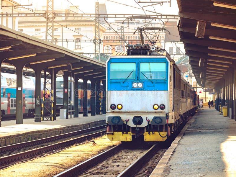 Lokomotywa elektryczna na peronie, pociąg na stacji kolejowej obrazy stock