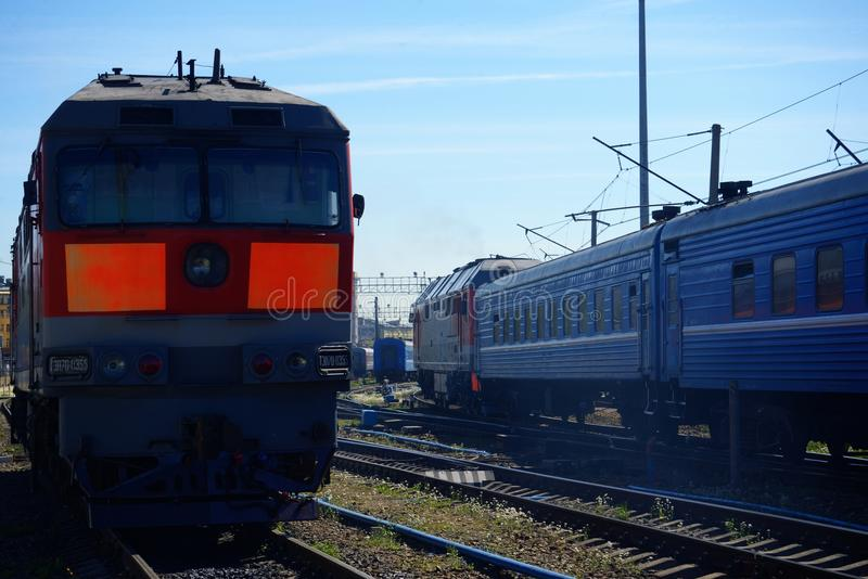 Lokomotywa pociąg na poręczach obrazy stock