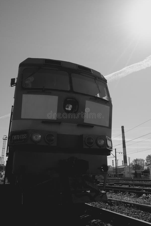 Lokomotywa pociąg na poręczach zdjęcia stock