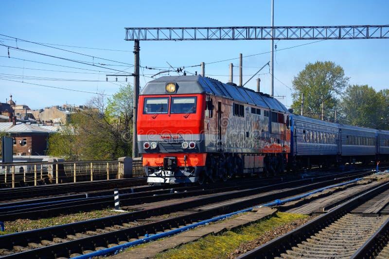 Lokomotywa pociąg na poręczach obraz stock