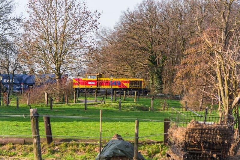 Lokomotywa przy linii kolejowej skrzyżowaniem w Ratingen obraz royalty free