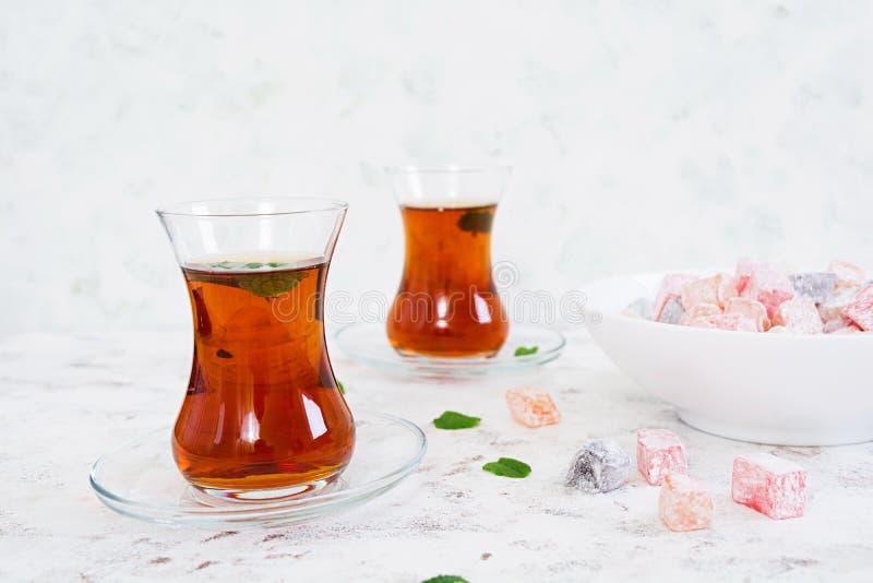Lokum de los placeres turcos en el fondo blanco fotografía de archivo