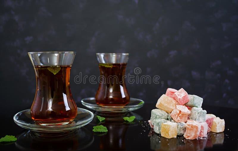 Lokum de los placeres turcos en fondo oscuro fotografía de archivo libre de regalías