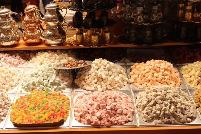 Lokum de los placeres turcos Sistema de plata y de cobre del pote del té fotos de archivo libres de regalías