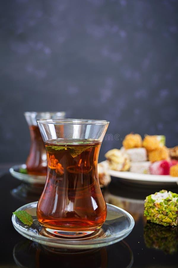 Lokum de plaisirs turcs sur le fond foncé image stock