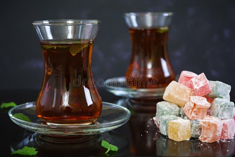 Lokum de plaisirs turcs sur le fond foncé photo stock