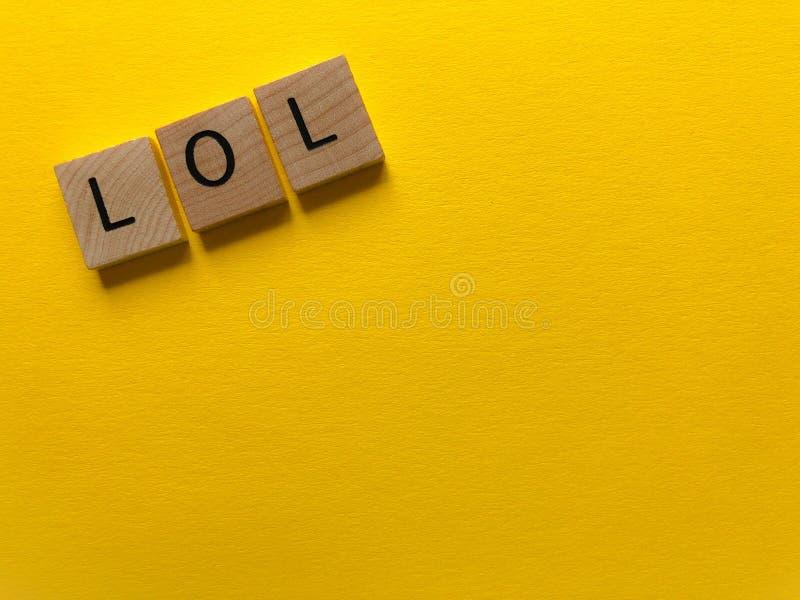 LOL Internet-jargon, dat op geel wordt geïsoleerd stock afbeelding