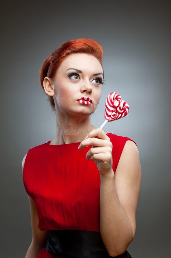 Lolipop comme coeur Maquillage d'imagination sur les lèvres des femmes photos stock