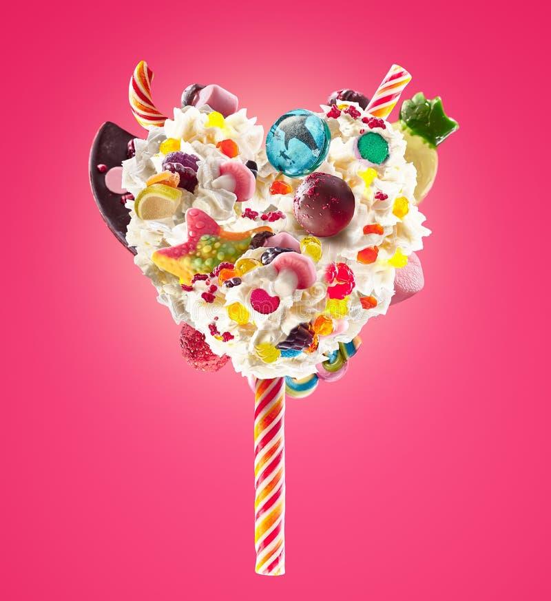 Lolipop dolce nella forma del cuore di panna montata con i dolci, gelatine, vista frontale del cuore Tendenza pazza dell'alimento immagini stock