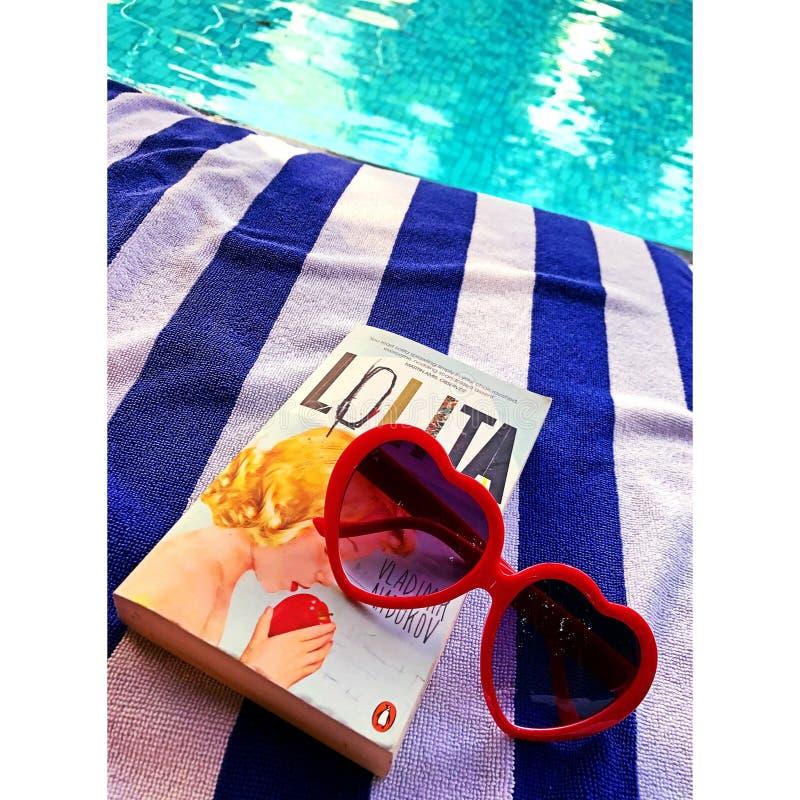 Lolita par la piscine images libres de droits