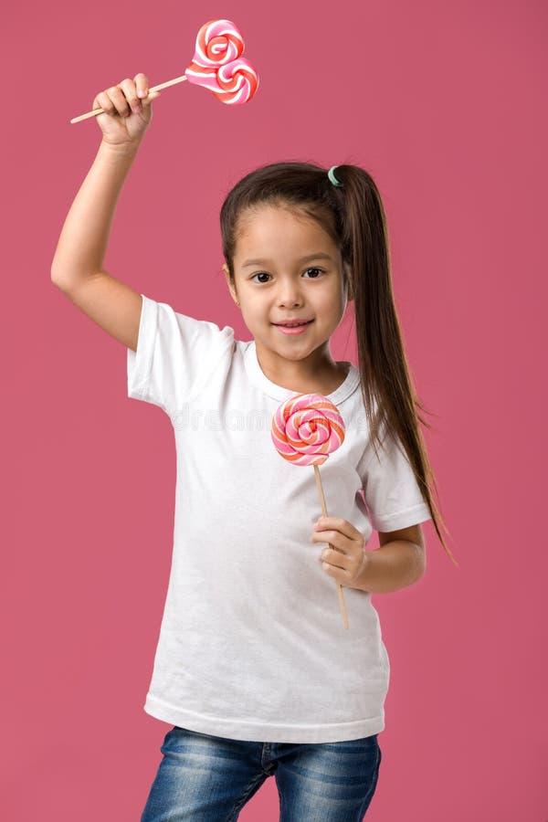 Όμορφο χαριτωμένο μικρό κορίτσι με ένα lollipop στοκ φωτογραφίες με δικαίωμα ελεύθερης χρήσης