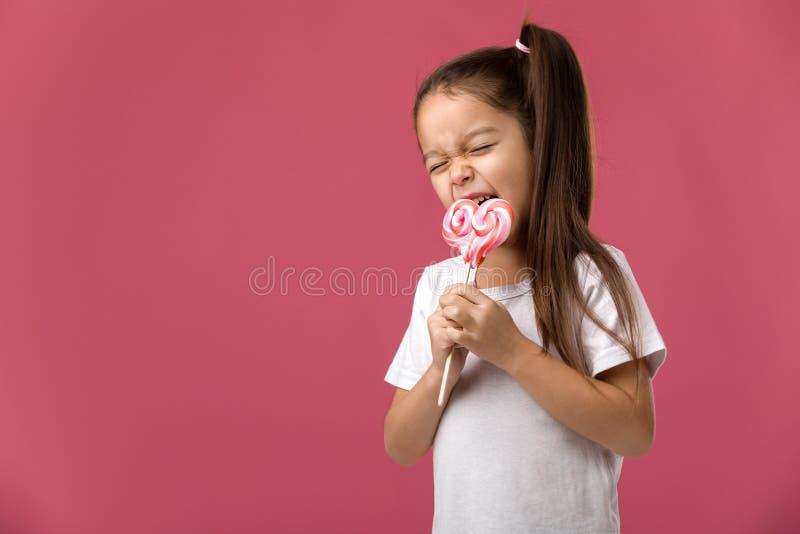 Όμορφο χαριτωμένο μικρό κορίτσι με ένα lollipop στοκ εικόνες με δικαίωμα ελεύθερης χρήσης