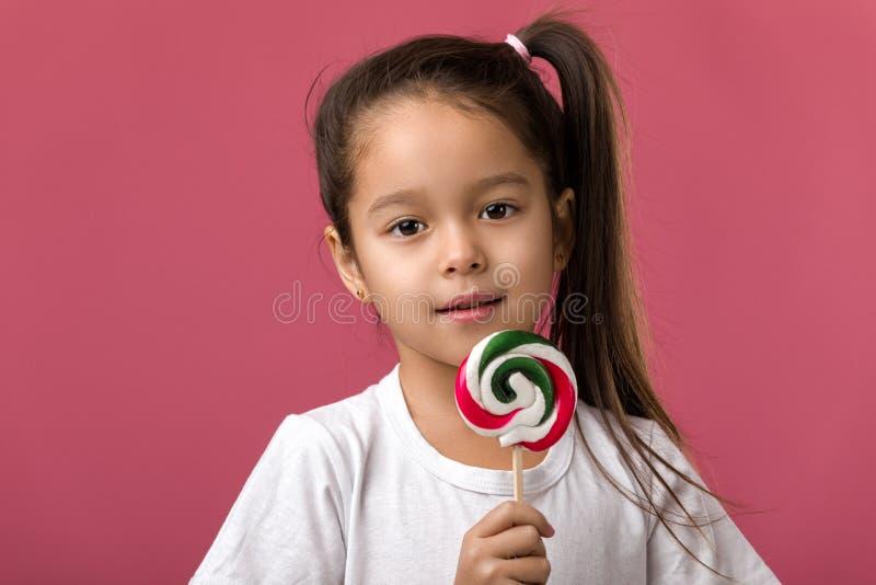 Όμορφο χαριτωμένο μικρό κορίτσι με ένα lollipop στοκ εικόνες
