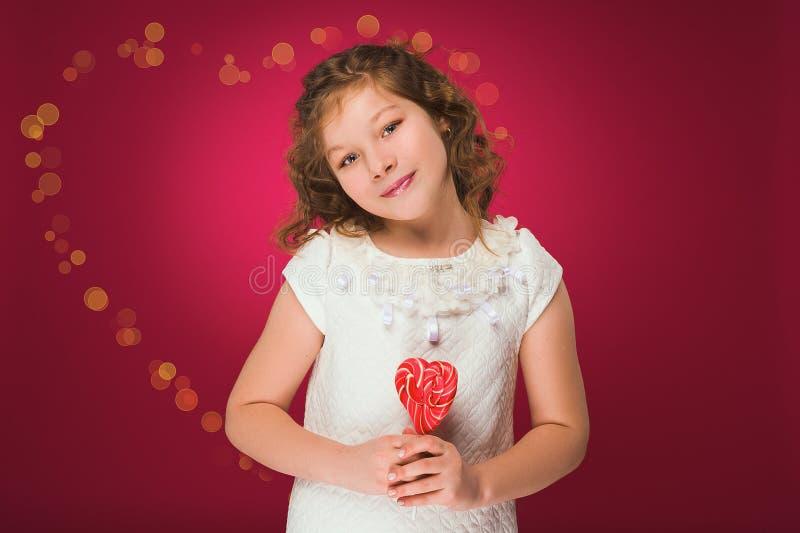 Lollipop A menina com uns doces querido-dados forma foto de stock royalty free