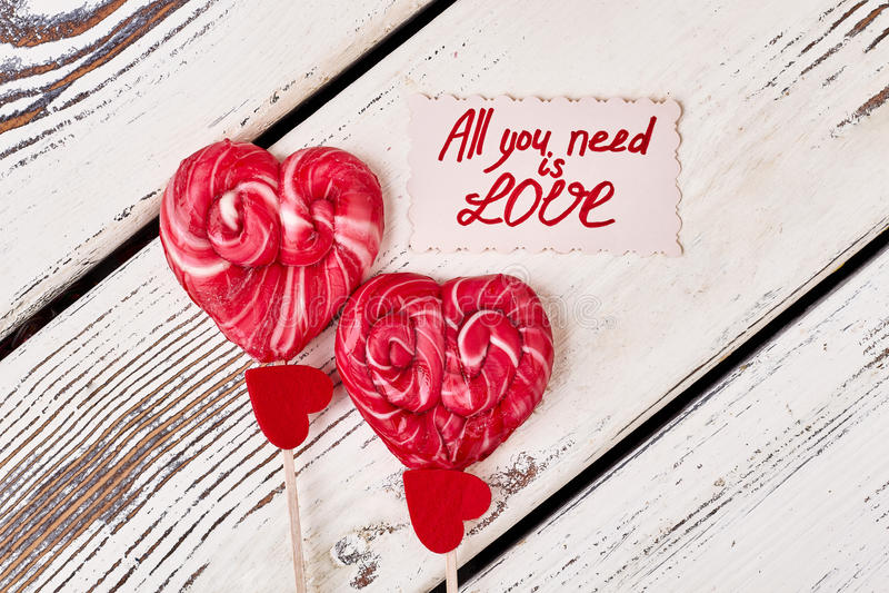 Lollipops και κόκκινες καρδιές στοκ εικόνες