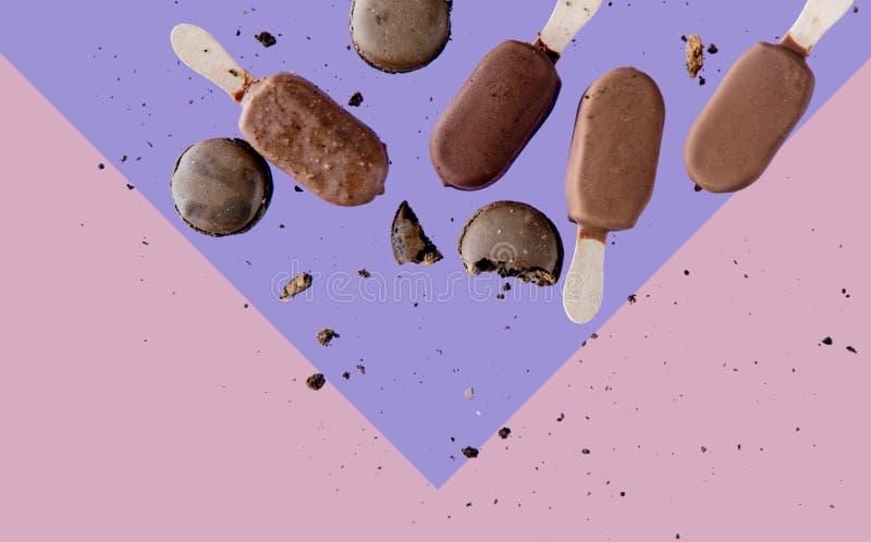 Lolly льда шоколада и французские macrons на пинке и пурпурной предпосылке стоковое фото rf