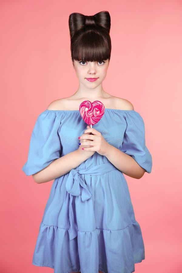 Lollypop Красивая предназначенная для подростков девушка с красочным леденцом на палочке сердца Приколы стоковая фотография rf