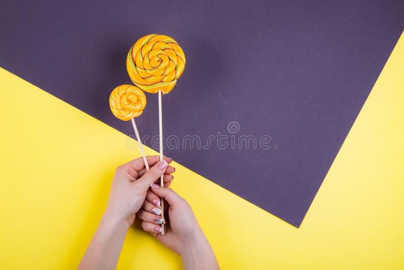 2 lollypops на ручке в руке стоковые фотографии rf
