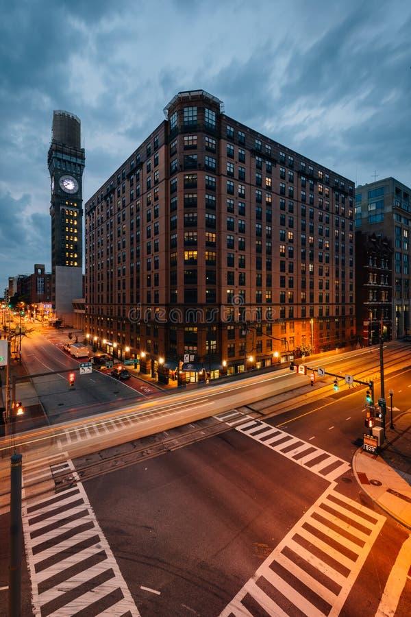 Lombard Street i Bromo Seltzer Górujemy przy nocą w w centrum Baltimore, Maryland fotografia royalty free
