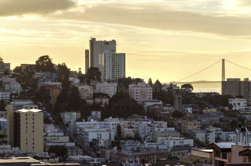 Lombardgata & Golden gate bridge, San Francisco arkivfoton