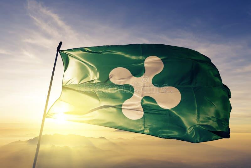 Lombardy Lombardia region Włochy flaga tkaniny tekstylny sukienny falowanie na odgórnej wschód słońca mgły mgle royalty ilustracja
