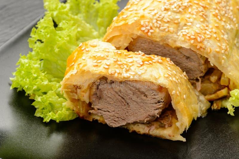 Lombinho de carne de porco cozido na massa do sopro imagens de stock