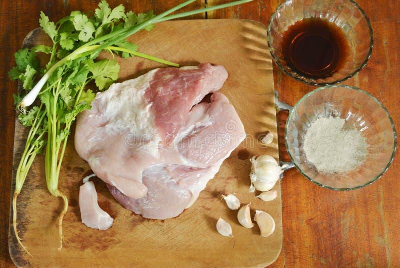 Lombinho de carne de porco cru com o ingrediente fermentado no bloco da costeleta fotos de stock