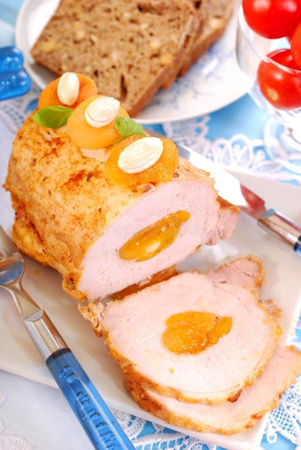 Lombo arrostito della carne di maiale con le albicocche e le mandorle fotografie stock libere da diritti