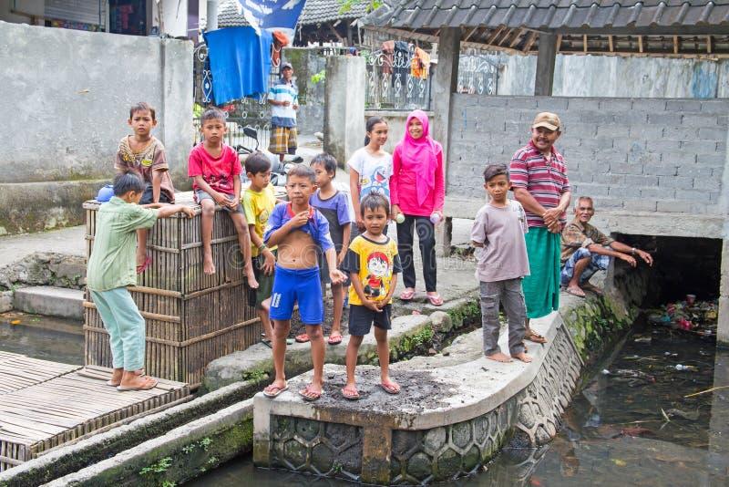 LOMBOK INDONEZJA, GRUDZIEŃ, - 30, 2016: Dzieci bawić się outside zdjęcia stock
