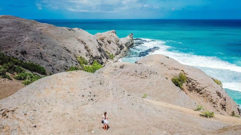 Lombok - position de femme sur la falaise photo stock