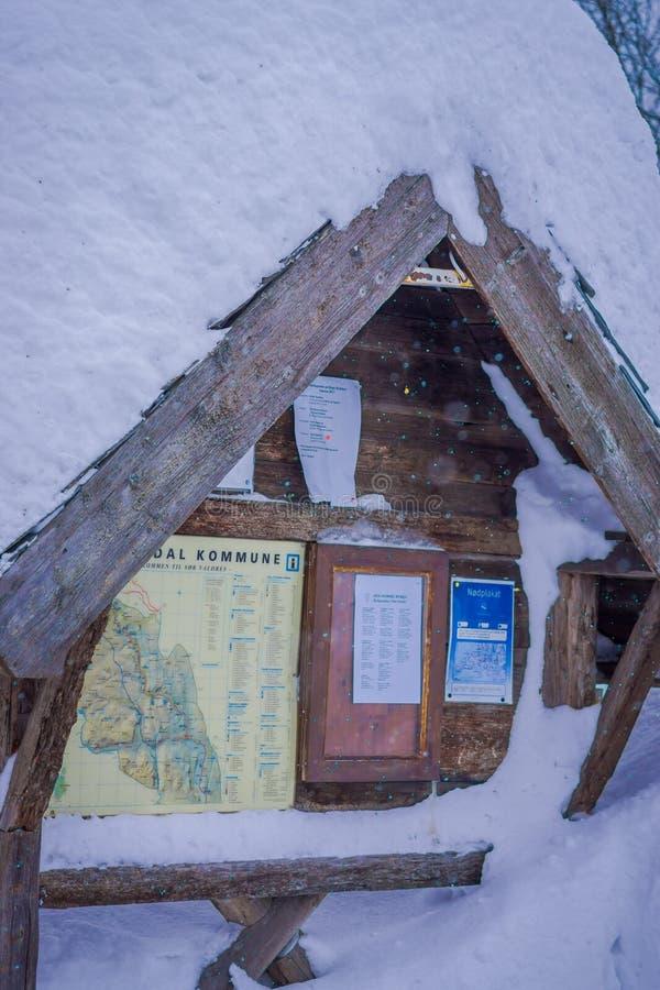 Lomen, Noorwegen - Maart 26, 2018: Openlucht behandelde mening van informatief teken over een houten structuur bij in openlucht i royalty-vrije stock foto