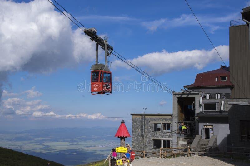 Lomnicky stit, υψηλά βουνά Tatra/ΣΛΟΒΑΚΙΑ - 6 Ιουλίου 2017: Καταπληκτικό εναέριο σύνολο ανελκυστήρων των τουριστών από το pleso S στοκ φωτογραφίες