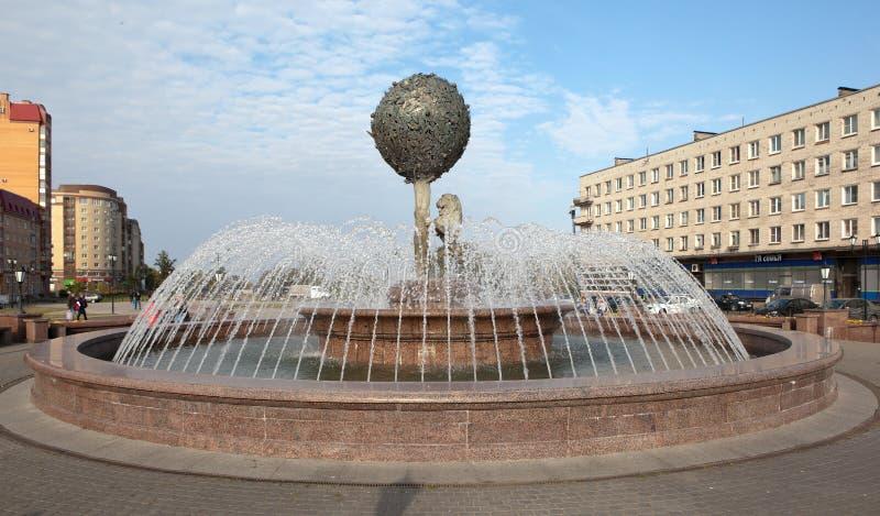 LOMONOSOV, РОССИЯ - 24-ОЕ СЕНТЯБРЯ 2015: Фото фонтана - символ города стоковые фотографии rf