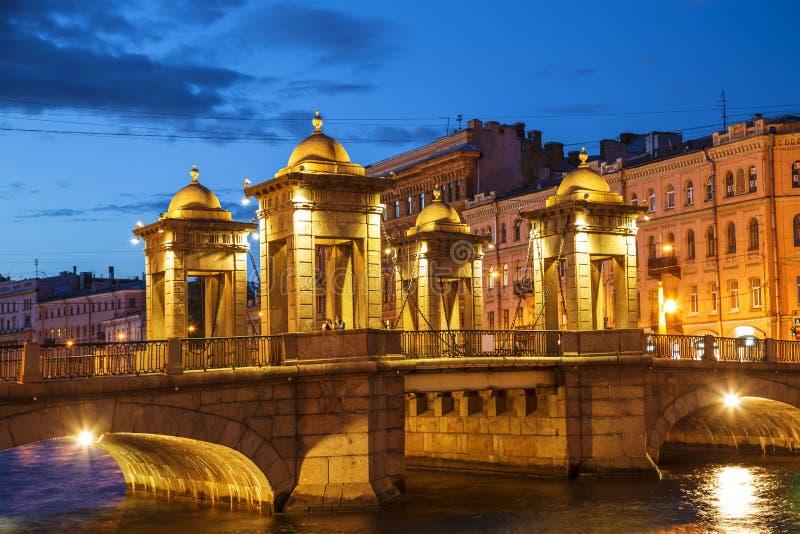 Lomonosov most na Fontanka rzece na białej nocy saint petersburg fotografia stock