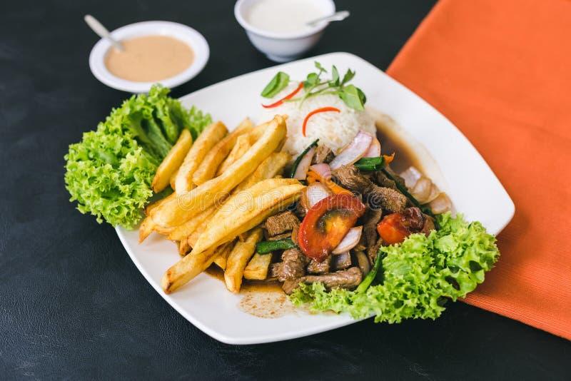Lomosaltado met Peruviaanse saus en knoflooksaus stock fotografie