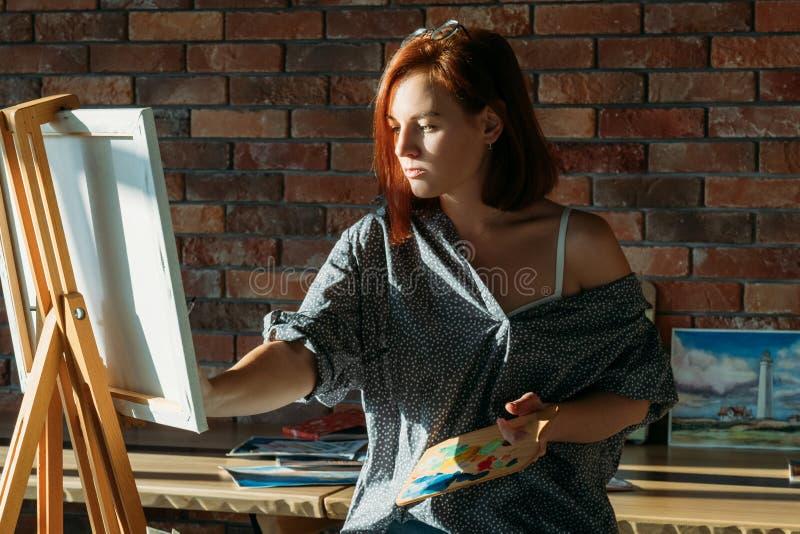 Lona de tiragem fêmea do passatempo da arte do trabalho do artista foto de stock royalty free