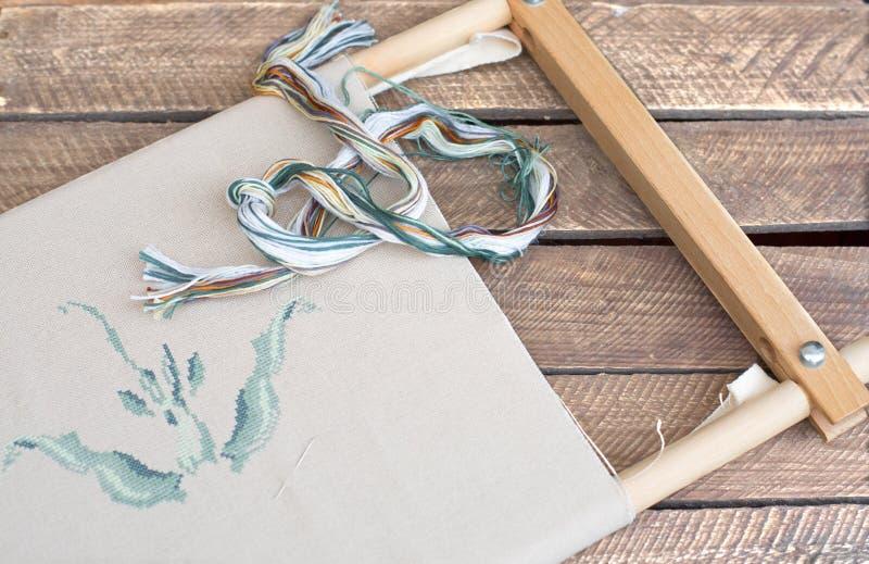 Lona del bordado en un marco con los hilos fotografía de archivo libre de regalías