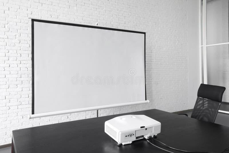 Lona vazia do projetor no escritório imagem de stock royalty free