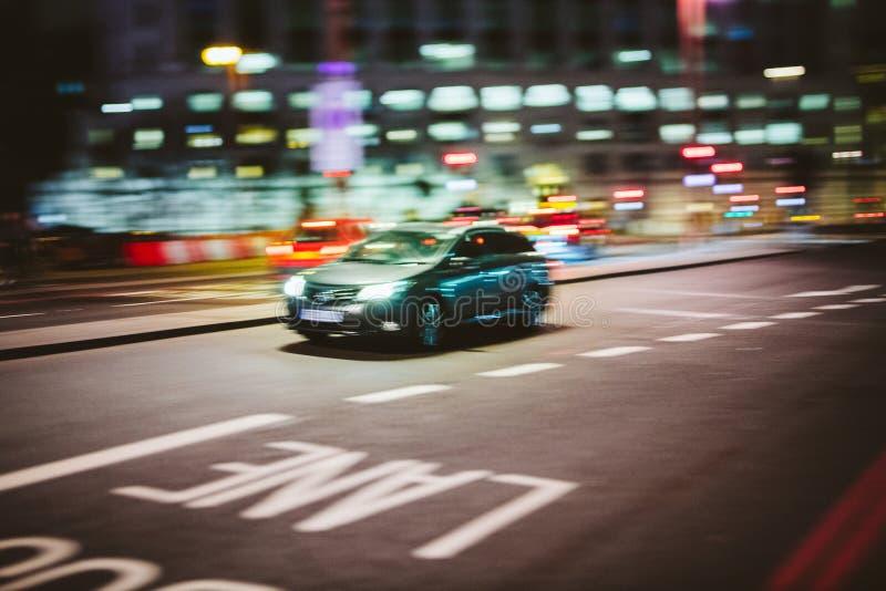 Lond τη νύχτα με την οδήγηση αυτοκινήτων γρήγορα στην οδό στοκ εικόνα με δικαίωμα ελεύθερης χρήσης