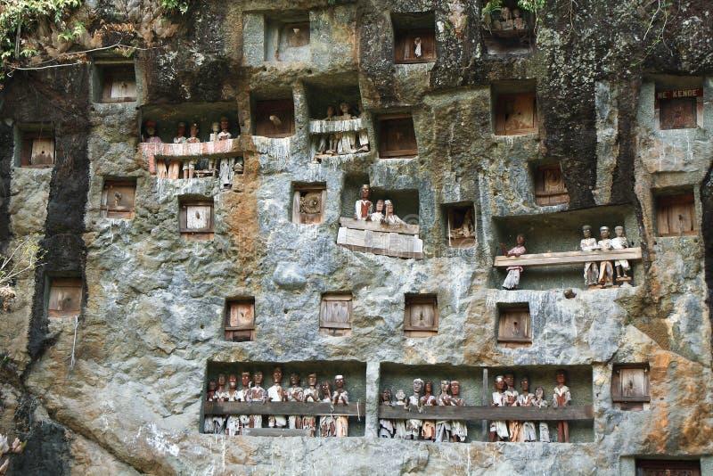 Londa,是一个非常广泛的埋葬洞在一张巨型的峭壁面孔的基地。 免版税库存图片