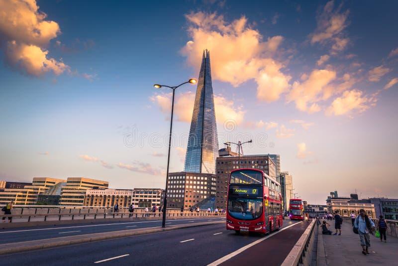 Londen - Augustus 06, 2018: De Scherf over de Brug van Londen in Londen van de binnenstad, Engeland stock foto