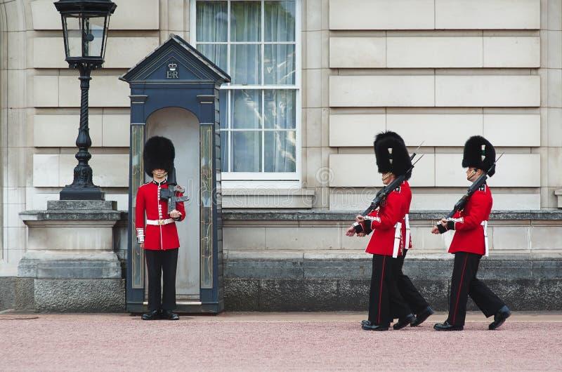 LONDEN - AUGUSTUS 8, 2015: Het veranderen van de wacht in Buckingham Palace royalty-vrije stock foto's